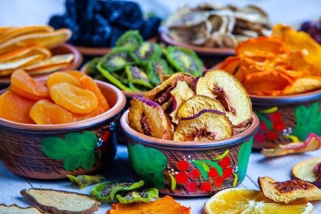 Gesunde verschiedene trockenfrüchte-snacks