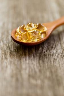 Gesunde vitamine auf einem holzlöffel.