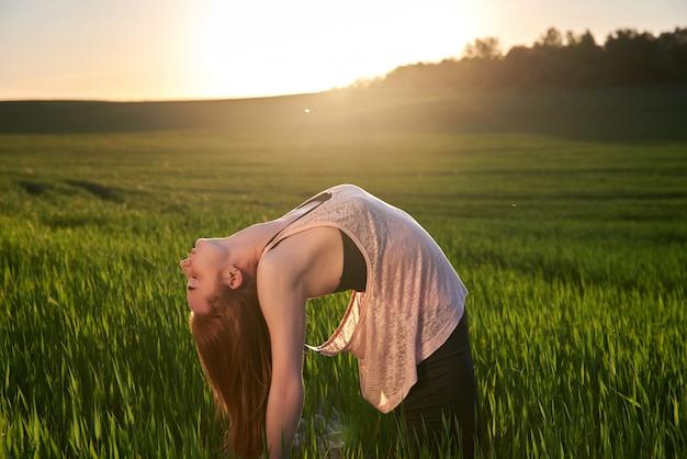 Gesunder aktiver lebensstil. schöne frau, die yoga praktiziert.