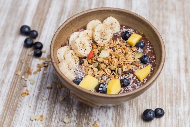Gesunder bananennachtisch mit hafer und joghurt