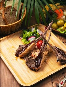 Gesunder bbq-rindfleischkebab mit gebratenem gemüse und weißem reis