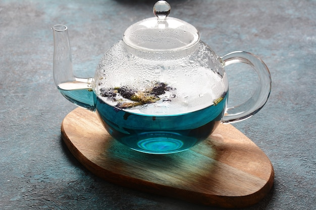 Gesunder blauer schmetterlingserbsen-tee von den blumen
