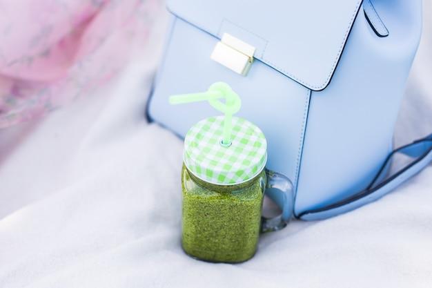 Gesunder detox-grün-smoothie mit grünkohl im einmachglas.