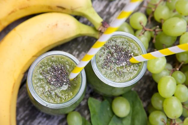 Gesunder detox grüner smoothie