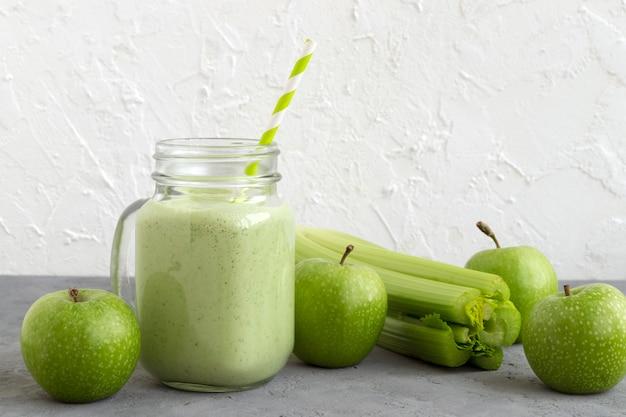 Gesunder detoxgrün smoothie in einem weckglas.