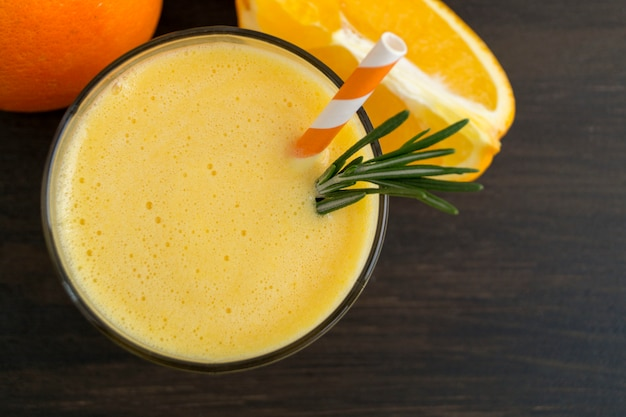 Gesunder detoxorange smoothie in einer glasschale.