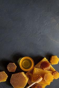 Gesunder dicker honig, der vom hölzernen honiglöffel eintaucht