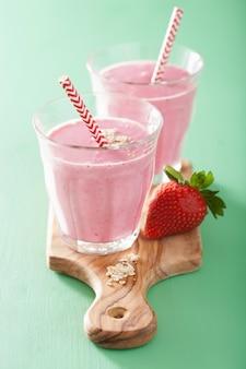 Gesunder erdbeer-hafer-smoothie