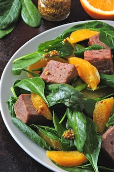 Gesunder fitness-salat mit spinat und fisch.