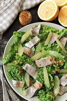 Gesunder fitness-salat mit zitrone und fisch.