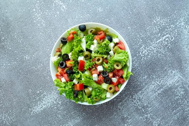 Gesunder frischer salat mit salat, oliven, tomaten und feta