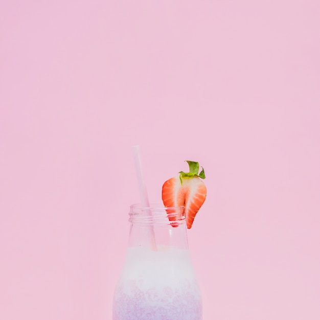 Gesunder fruchtsaft mit farbhintergrund