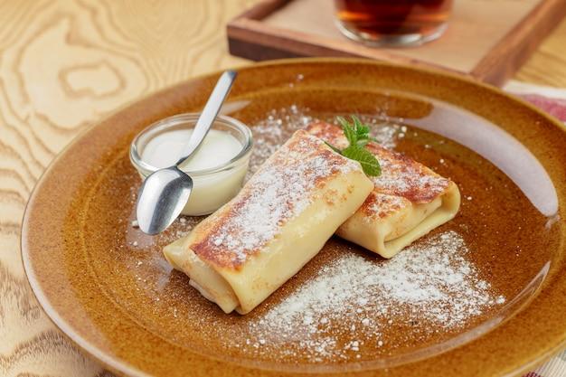 Gesunder frühstückstellerabschluß der russischen pfannkuchen oben