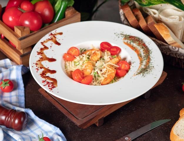 Gesunder gegrillter crevettes caesar salat mit käse, cherry tomatoes und kopfsalat