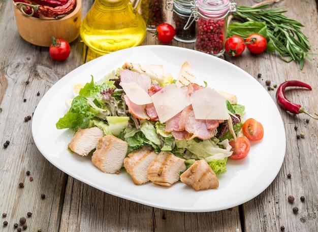 Gesunder gegrillter huhn-caesar-salat mit käse und croutons