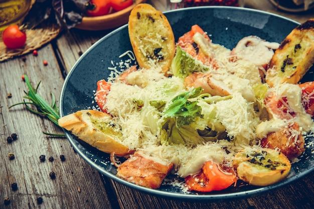 Gesunder gegrillter huhn-caesar-salat mit käse