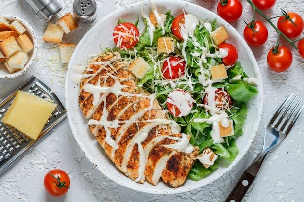 Gesunder gegrillter huhn-caesar-salat