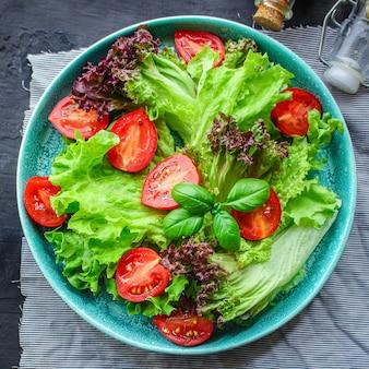 Gesunder gemüsesalat lässt salat