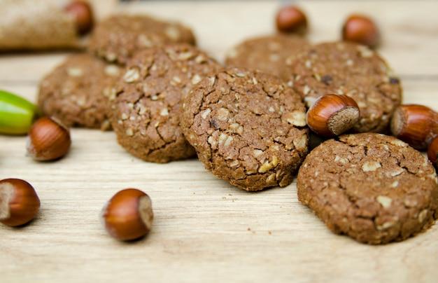 Gesunder gerundeter kekskeks aus vollkornhafer, weizen, nüssen und kakao. serviert auf woo