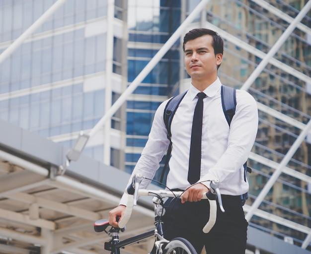 Gesunder geschäftsmann, der sein fahrrad fährt