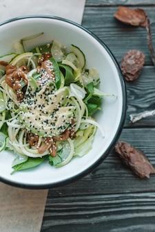 Gesunder geschmackvoller salat des strengen vegetariers in der weißen platte