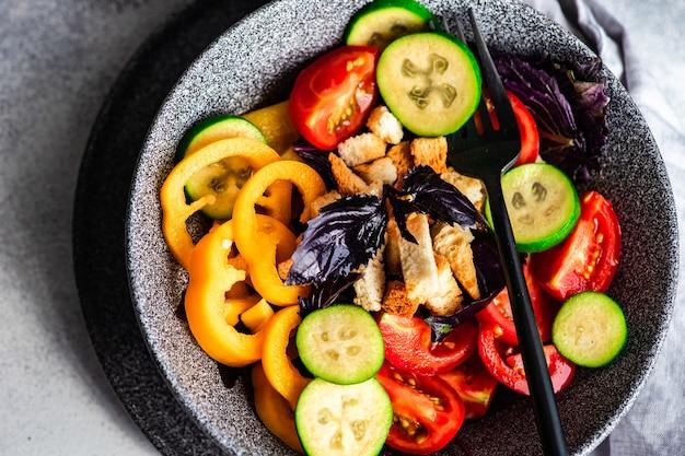 Gesunder gourmet-salat mit gemüse und feijoa in einer schüssel auf dem tisch serviert