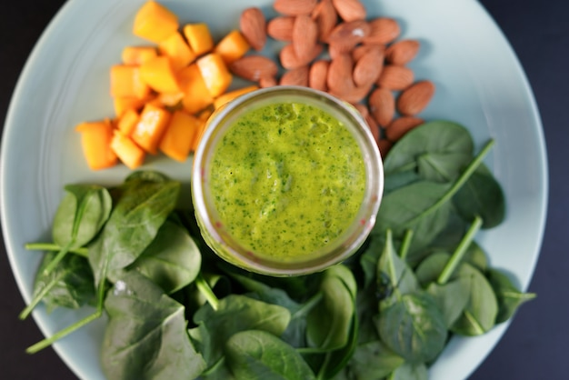 Gesunder green reach vitamins smoothie mit blattspinat, mango, mandelmilch und erdbeere