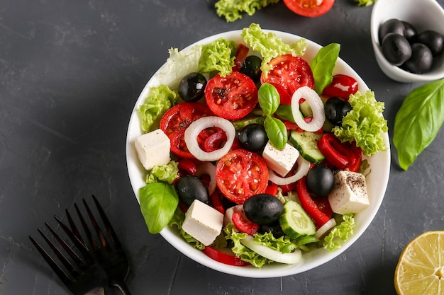 Gesunder griechischer salat aus grünem salat, kirschtomate, feta-käse und gemüse