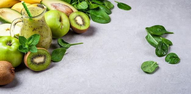 Gesunder grüner kiwi smoothie mit früchten