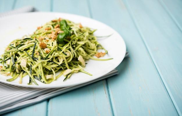 Gesunder grüner salat der hohen ansicht auf hölzernem hintergrund