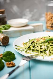 Gesunder grüner salat der hohen ansicht mit gabel