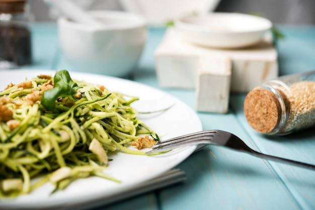 Gesunder grüner salat der hohen ansicht