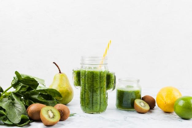 Gesunder grüner shake und zutaten