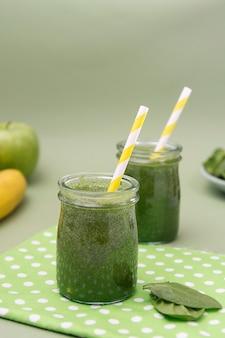 Gesunder grüner smoothie, grüner hintergrund. entgiftung, diät.