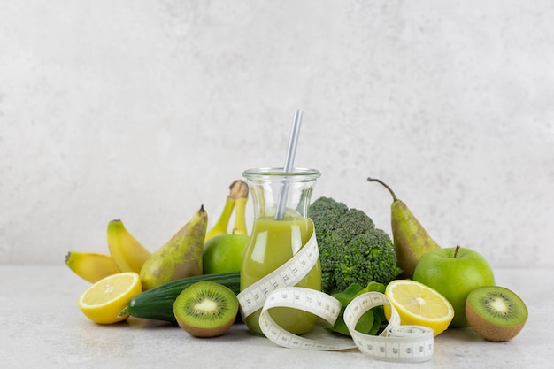 Gesunder grüner smoothie mit bio-obst und gemüse. gesunde diät und ernährung, lebensstil, veganes, alkalisches, vegetarisches lebensmittelkonzept.
