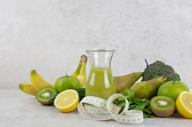 Gesunder grüner smoothie mit bio-zutaten. gesunde diät und ernährung, lebensstil, veganes, alkalisches, vegetarisches lebensmittelkonzept.