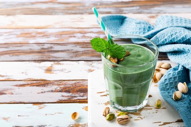 Gesunder grüner smoothie mit minze und pistazien