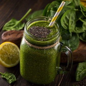 Gesunder grüner smoothie mit spinat im glasgefäß