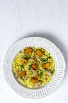Gesunder hausgemachter couscous-salat mit hühnchen, mango und chili