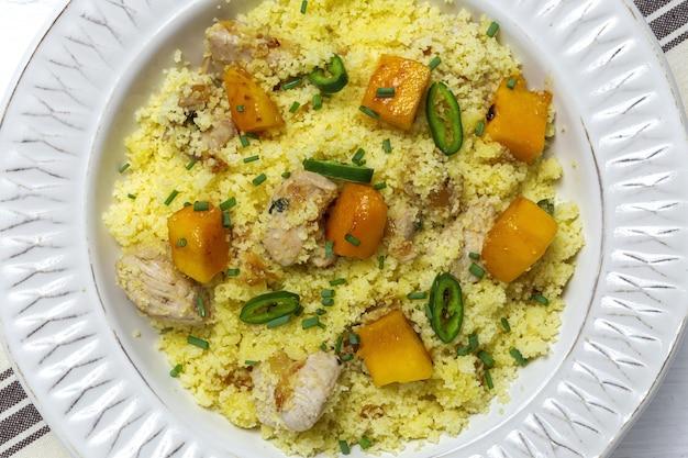 Gesunder hausgemachter couscous-salat mit huhn, mango und chili