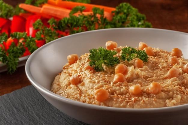 Gesunder hausgemachter cremiger hummus mit olivenöl und pita-chips