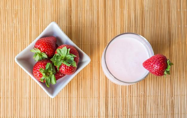 Gesunder hausgemachter erdbeer-smoothie