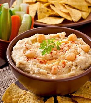 Gesunder hausgemachter hummus mit olivenöl und pita-chips