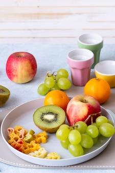 Gesunder kindersnack & leckereien mit frischen früchten