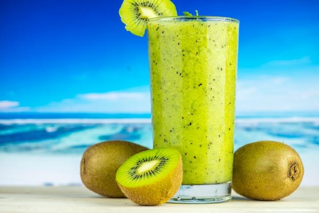 Gesunder kiwi-smoothie mit kiwis