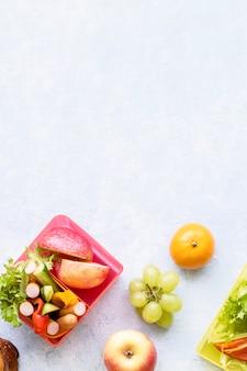 Gesunder lebensmittelhintergrund für kinder, zubereitung der lunchbox