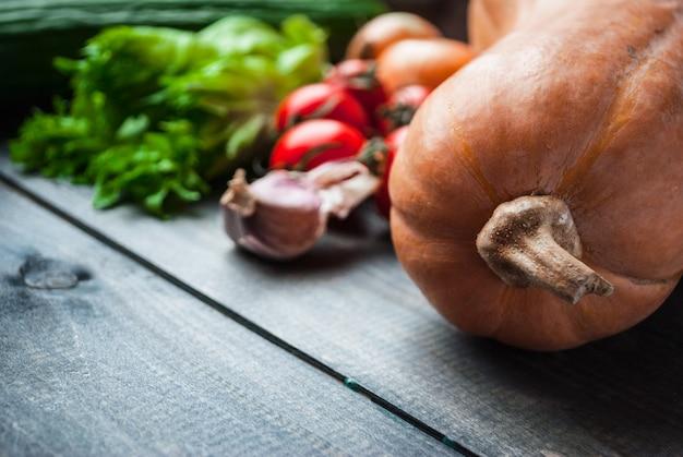Gesunder lebensmittelhintergrund mit gemüse