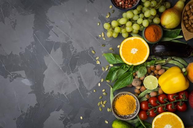Gesunder lebensmittelhintergrund, rahmen von bio-lebensmitteln. zutaten für gesundes kochen: gemüse, obst, nüsse, gewürze.