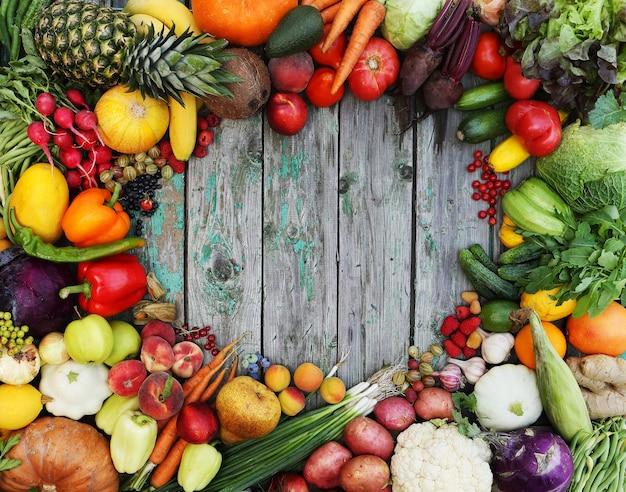 Gesunder lebensmittelhintergrund. verschiedene früchte auf holztisch.
