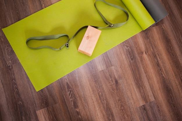 Gesunder lebensstil. aerial yoga-interieur. studio-holzhintergrund-draufsicht, modernes fitnessstudio, heller ort für gymnastik. europäischer stil, übungskonzept